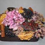 Hortensias, fruit de lotus, feuilles de gingko biloba, baies de lierre, fagot de cannelle.