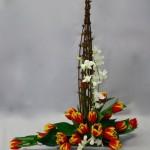 Branches et bouquet de tulipes bicolores expriment le printemps.