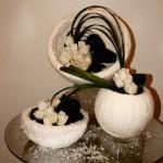 Sphères et tulipes blanches créent un décor hivernal.
