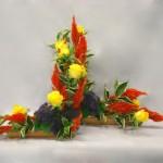 Duo de bouquets en L avec célosies oranges, roses et trachelium.