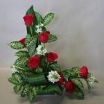 Roses rouges et petits ornithogalles blancs dansent le long des lignes.