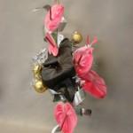 Or, argent et fleurs roses composent un Noël baroque.
