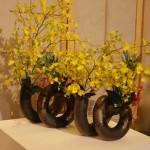 Les vases en Raku sont très fréquemment utilisés  au Japon, ici avec des Oncidiums. Ecole Ikenobo