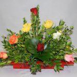 Les roses rouges rappellent la couleur du contenant.