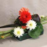 Les dahlias éclairent les bouquets d'automne de couleurs et formes très variées.