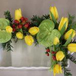 Tulipes jaunes, petit conifère, baies d'hypericum, rehaussés de 2 anthuriums.
