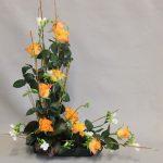 Freesias blancs odorants et roses dont le joli feuillage habille les branches.
