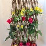 Alstromeres et roses composent un décor sur le thème du bois.