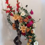 Opulent bouquet de fleurs de saison sur un cep de vigne.