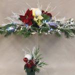 Poinsettias rouges aussi appelés Etoiles de Noël et boules blanches.